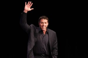 anthony-robbins-inspirational-giant